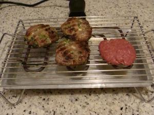 Hambúrgueres grelhados são saborosos e saudáveis. O da esquerda está cru (se alguém não tiver percebido).
