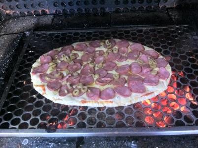 Pizza feita na churrasqueira